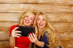 Systrar meddelar i sociala nätverk, selfie Arkivbilder