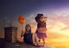 Systrar på allhelgonaafton Royaltyfri Bild