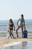 Systrar på stranden Arkivbilder