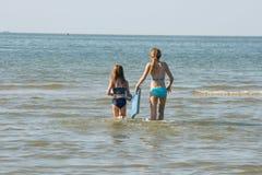 Systrar på stranden Fotografering för Bildbyråer