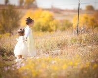 Systrar på trail Arkivbilder
