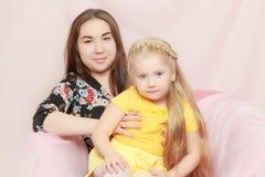 2 systrar sitter på soffan Royaltyfria Foton