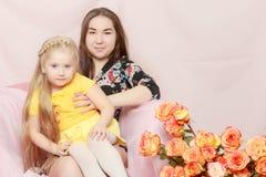 2 systrar sitter på soffan Fotografering för Bildbyråer