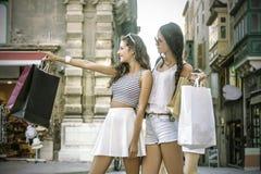 Systrar som gör shopping Arkivfoto