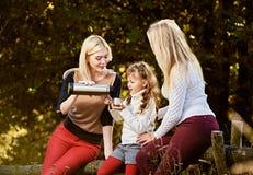 Systrar som har picknicken Royaltyfri Foto