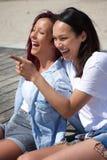 Systrar som ler och tycker om sommar Royaltyfri Foto