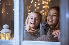 Systrar som ser stjärnorna Royaltyfria Foton