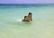 Systrar som simmar i hav Arkivbild