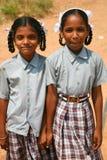 Systrar som tillbaka går från skola i Indien Royaltyfri Fotografi