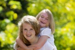 Systrar som tillsammans delar ett skratt Royaltyfria Foton