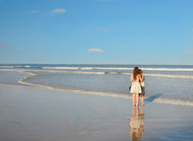 Systrar som tillsammans tycker om tid på den härliga stranden Royaltyfri Fotografi