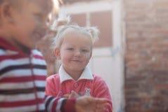 Systrar som utomhus spelar Royaltyfri Bild