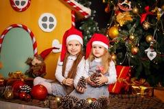 Systrar som väntar jul Royaltyfri Foto