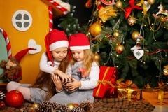 Systrar som väntar på jul Royaltyfri Foto