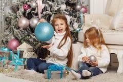 systrar två glad jul Arkivfoto