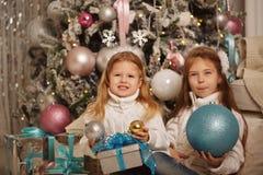 systrar två glada cristmas Arkivfoton