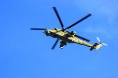 Syzran, Rusia - 24 de agosto de 2016 helic militar de entrenamiento de la patrulla Foto de archivo libre de regalías
