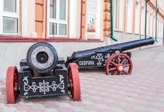 Syzran `, Ryssland - Augusti, 16,2016: Två svarta kanoner med röda hjul som installation nära staden Lore Museum Royaltyfria Bilder