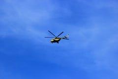 Syzran Ryssland - Augusti 24, 2016 utbildningsflyg helikoptern Royaltyfria Foton