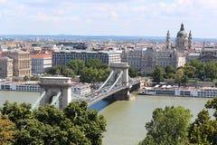 Széchenyi Chain bro Budapest, en sikt på stadsmitten från det nationella gallerit Arkivbild