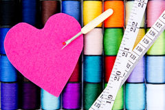 Szący - nić - bawełnę Nawija z odczuwaną serca, unpicker i taśmy miarą, Zdjęcia Royalty Free