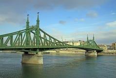 Szabadsag s'est caché (Liberty Bridge ou pont de liberté) à Budapest Image libre de droits