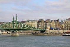 Szabadsag s'est caché (Liberty Bridge ou pont de liberté) à Budapest, Hongrie Photos libres de droits