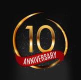 Szablonu Złocisty logo 10 rok Rocznicowych z Czerwoną Tasiemkową Wektorową ilustracją Obraz Stock