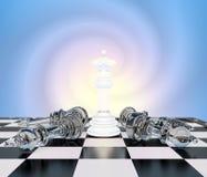 Szachowa biała królowa na chessboard, inny szachowy kłamstwo Obrazy Royalty Free