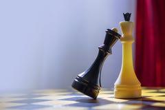 Szachowa Czarna królowa i Biały królewiątko stojak na Chessboard Zdjęcia Royalty Free
