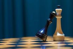 Szachowa Czarna królowa i Biały królewiątko stojak na Chessboard Obraz Stock