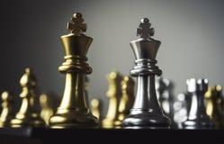 Szachowa deska - konkurencyjny biznesowy pomysł udawać się zdjęcia royalty free