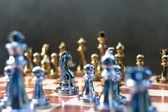 Szachowa gra Pionka stojak determinedly przeciw wrogom Biznesowy konkurencyjny poj?cie obraz royalty free