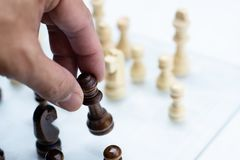 Szachowa gra planszowa, biznesowy konkurencyjny poj?cie, spotyka trudn? sytuacj?, przegrywanie i wygranie, obrazy royalty free
