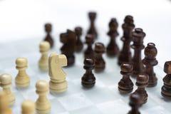 Szachowa gra planszowa, biznesowy konkurencyjny poj?cie, spotyka trudn? sytuacj?, przegrywanie i wygranie, zdjęcie royalty free