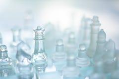 Szachowa gra planszowa robi? szk?o, biznesowy konkurencyjny poj?cie zdjęcie royalty free