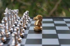 Szachowa gra planszowa Rycerz stawia czoło wszystkie wrogów Lider z odwagi pojęciem fotografia stock