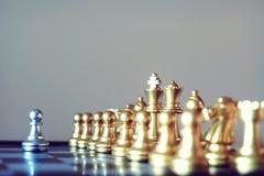 Szachowa gra planszowa, spotyka poważną sytuację, biznesowy konkurencyjny pojęcie, kopii przestrzeń fotografia royalty free