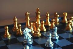 Szachowa gra planszowa, spotyka poważną sytuację, biznesowy konkurencyjny pojęcie, kopii przestrzeń zdjęcie royalty free