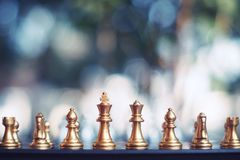 Szachowa gra planszowa, zwycięzca wygrana sytuacja, spotyka poważnego wroga, biznesowy konkurencyjny pojęcie zdjęcie stock