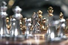 Szachowa gra Rycerza stojak determinedly w?r?d wrog?w Biznesowy konkurencyjny poj?cie obrazy royalty free