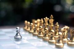 Szachowa gra Zastawniczy stojak determinedly wśród wrogów Biznesowy konkurencyjny poj?cie zdjęcia royalty free