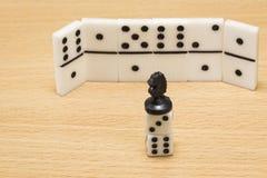 Szachowego kawałka czerni koń na kostka do gry Zdjęcie Stock