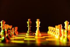 Szachowej gry dwa królewiątka w centre deska inny składają wykładają up Ja fotografia stock