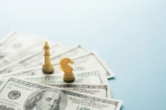 Szachowej gry postacie i USA dolary na błękitnym tle z selekcyjną ostrością, strategii biznesowej planować Pojęcie zdjęcia royalty free