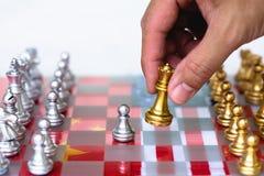 Szachowi gra planszowa kawałki na usa i Chiny chorągwianym tle, wojny handlowej napięcia sytuacji pojęcie obraz stock