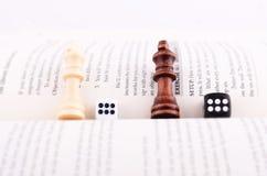 SZACHOWI kawałki, kostka do gry I książka, Fotografia Royalty Free