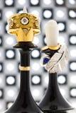 Szachowi kawałki królewiątko i królowa z złocistymi diamentowymi pierścionkami Zdjęcie Stock