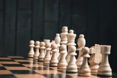 Szachowi kawałki na chessboard Zdjęcie Stock