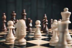 Szachowi kawałki na chessboard Zdjęcie Royalty Free